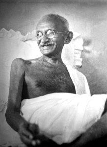 Mahatma Ghandi qui sourit en 1942